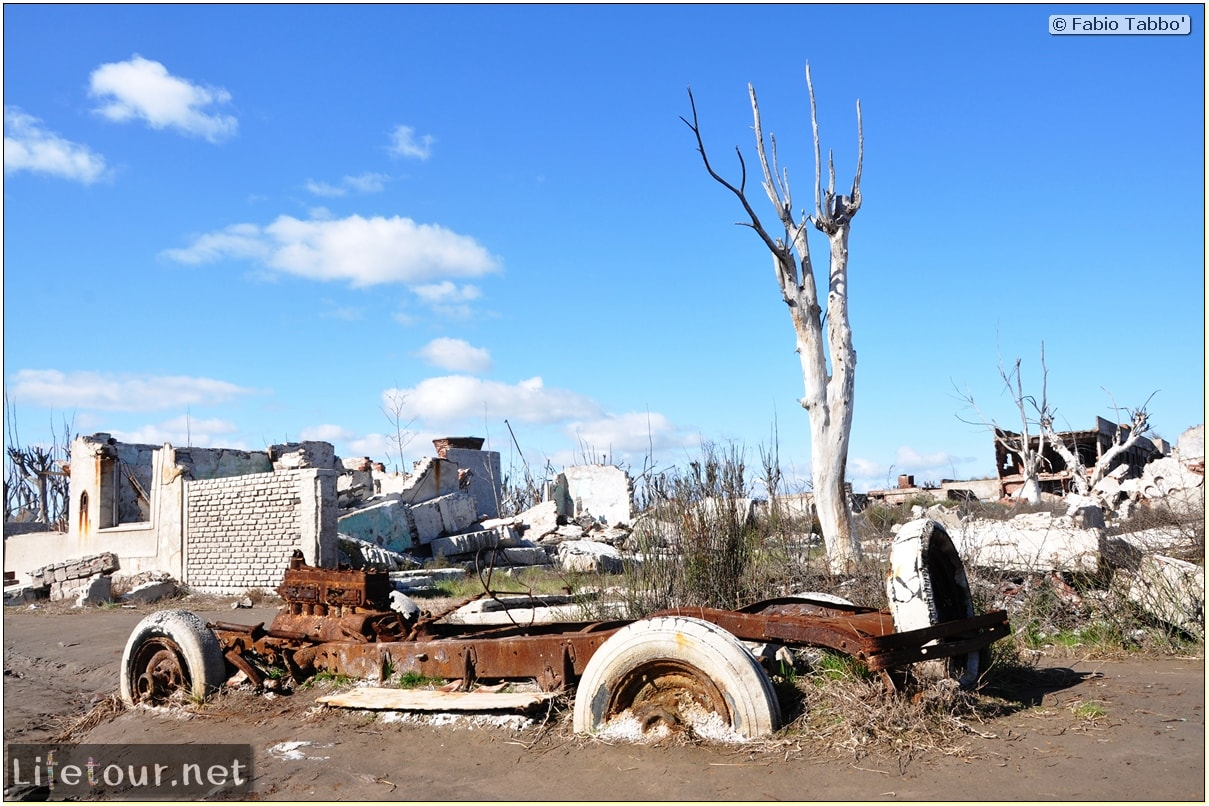 Fabios-LifeTour-Argentina-2015-July-August-Epecuen-Epecuen-ghost-town-4.-Abandoned-vehicles-10836-cover-1