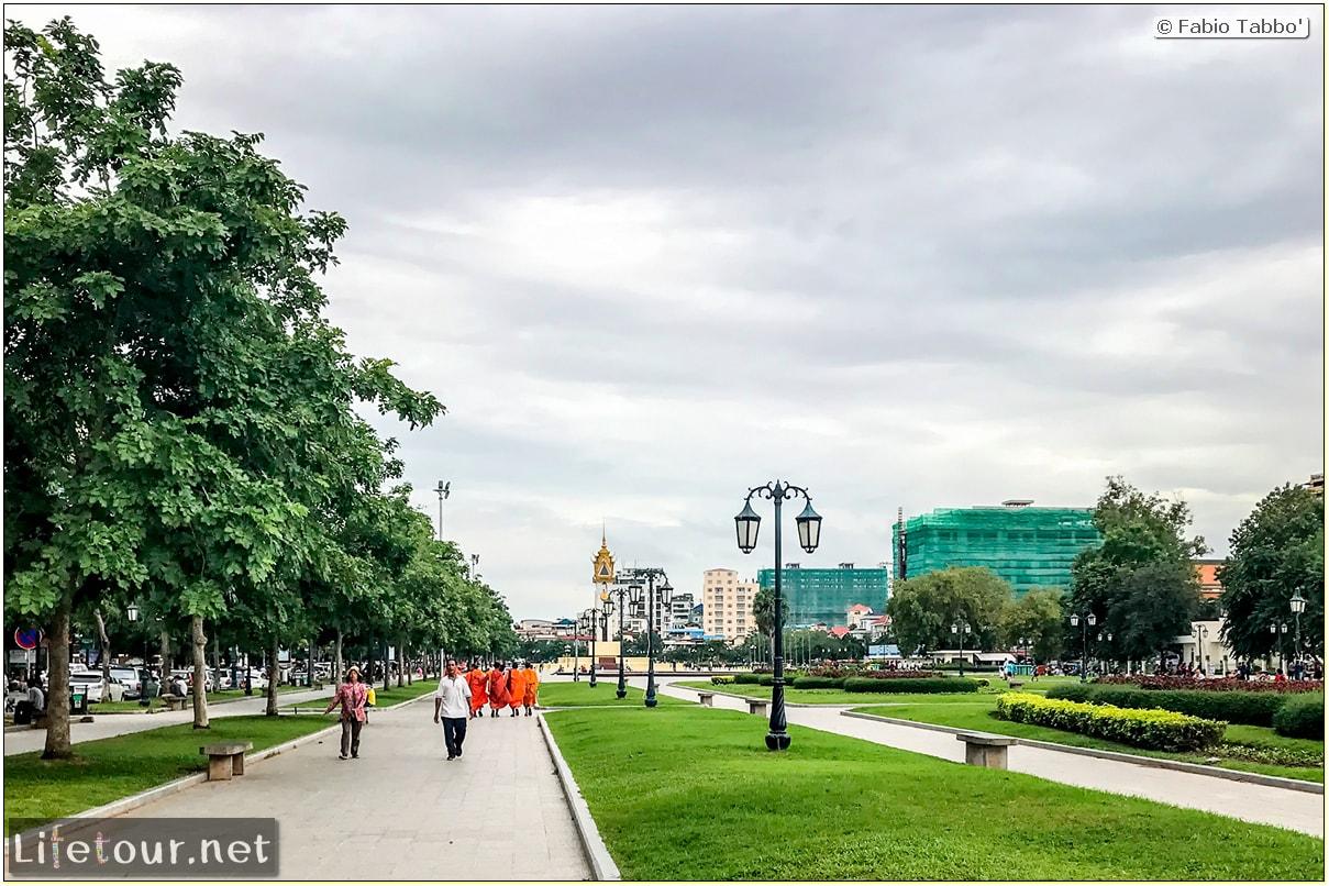 Fabio_s-LifeTour---Cambodia-(2017-July-August)---Phnom-Penh---Independence-Square-area---Wat-Botum-Park---18260