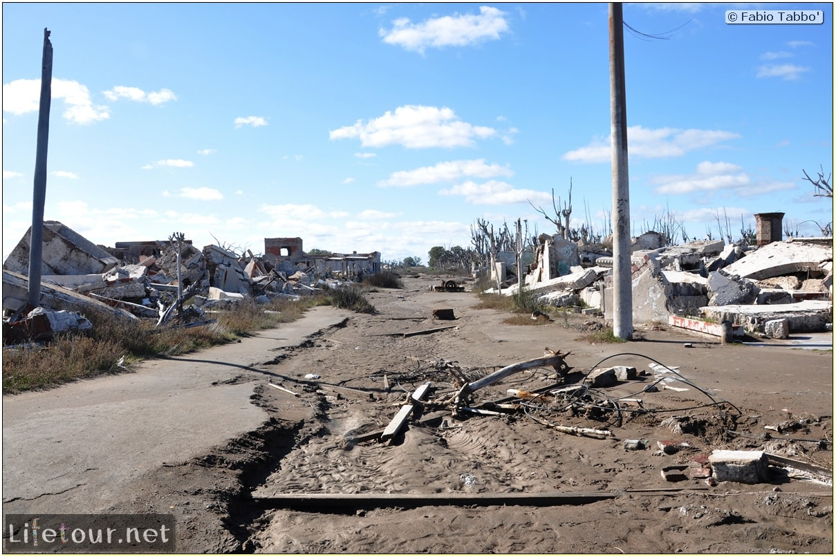 Fabios-LifeTour-Argentina-2015-July-August-Epecuen-Epecuen-ghost-town-4.-Abandoned-vehicles-10645