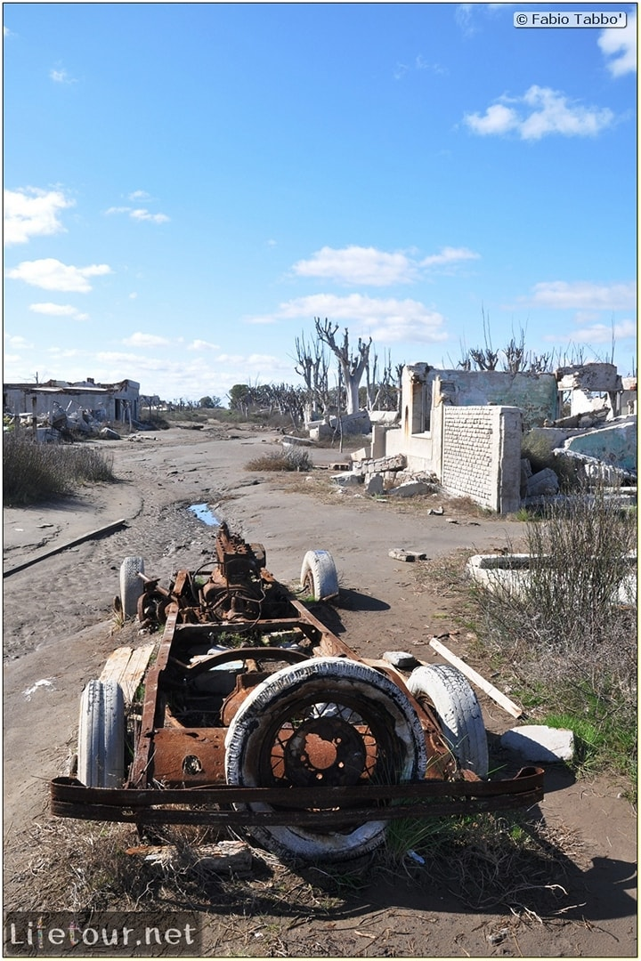 Fabios-LifeTour-Argentina-2015-July-August-Epecuen-Epecuen-ghost-town-4.-Abandoned-vehicles-10887