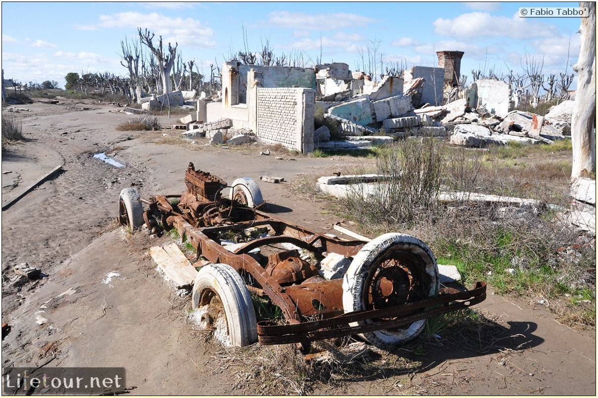 Fabios-LifeTour-Argentina-2015-July-August-Epecuen-Epecuen-ghost-town-4.-Abandoned-vehicles-10914