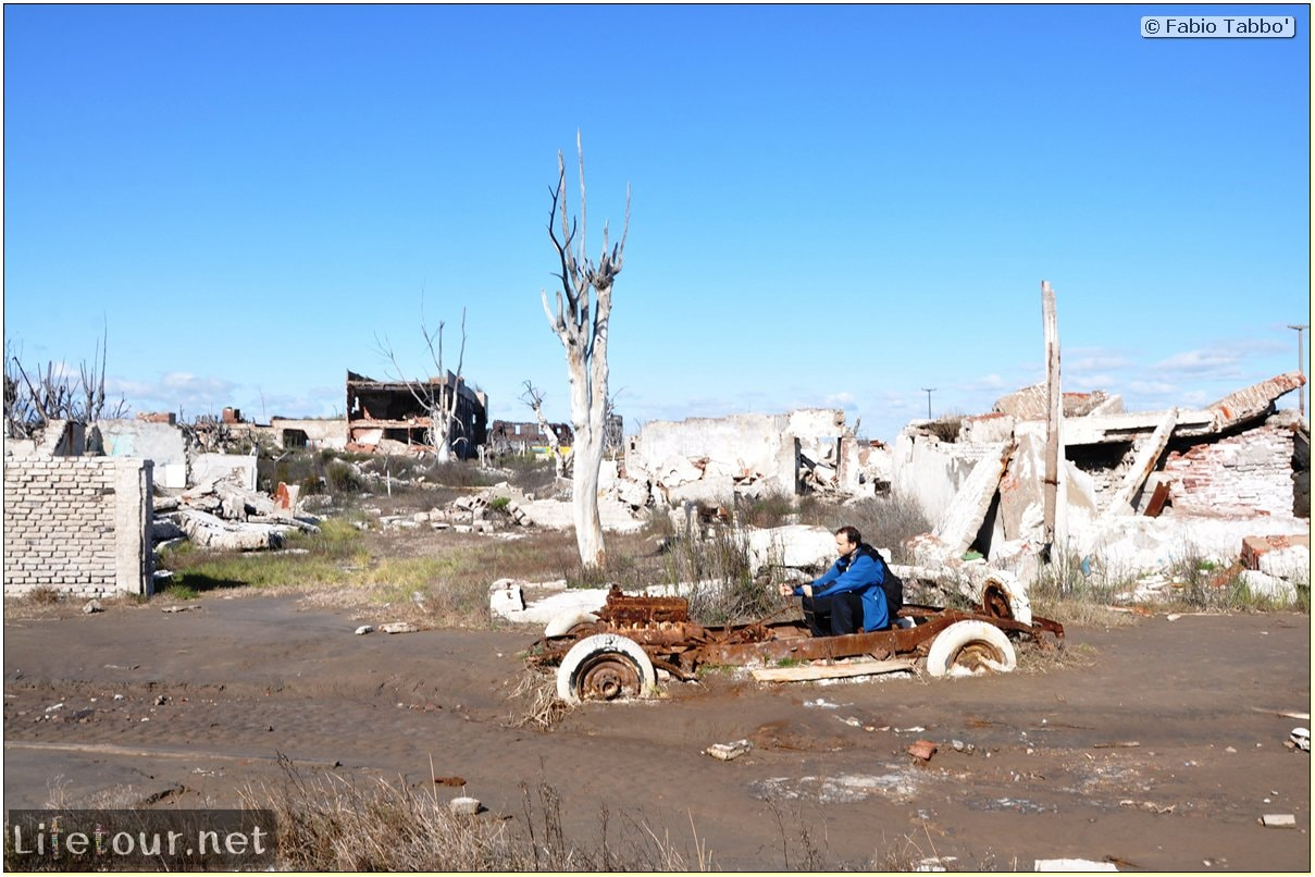 Fabios-LifeTour-Argentina-2015-July-August-Epecuen-Epecuen-ghost-town-4.-Abandoned-vehicles-10947